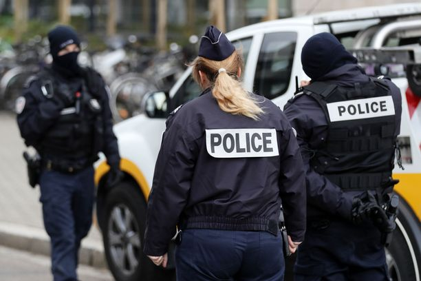 Poliisi järjesti laajan etsintäoperaation epäillyn tavoittamiseksi. Torstaina illalla kansainväliset uutistoimistot kertoivat poliisin surmanneen miehen.