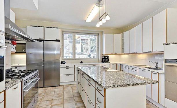 Ensimmäisen kerroksen keittiö. Toisessa kerroksessa on lisäksi pienempi keittiö.