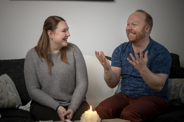 Ville ja Anniina viettävät ensimmäistä yhteistä jouluaan. Tarkoituksena on vierailla molempien sukulaisten luona.