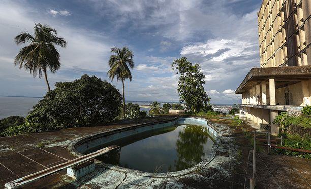 Idi Aminin kerrotaan uineen hotellin uima-altaassa pistooli mukanaan.