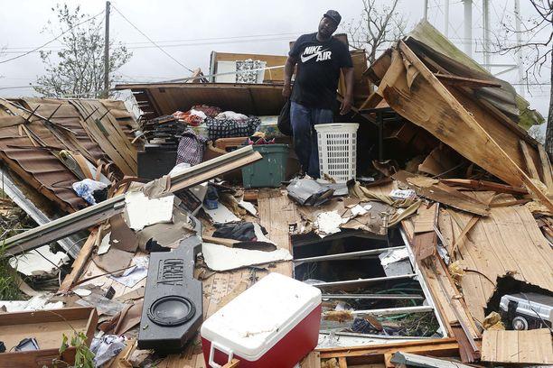 Kotiinsa palannut perhe näki sunnuntaina myrskyn jäljet.