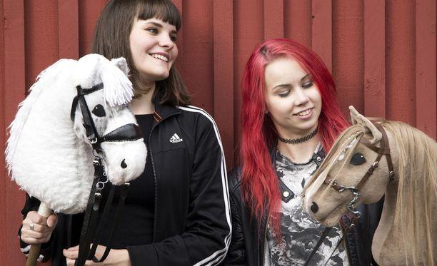 Keppiheppapioneerit Vilhelmiina Keskilä (vasemmalla) ja Alisa Aarniomäki.