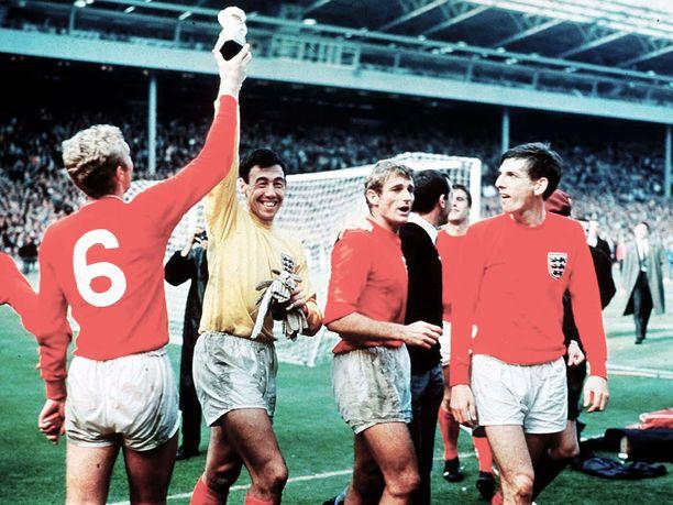 Bobby Moore (vasemmalla) ja Gordon Banks juhlivat kotiyleisön edessä Wembleyllä tuoreina maailmanmestareina 30.7.1966.