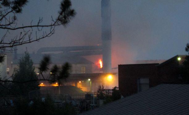 Pellettitehtaan palosta levisi voimakasta savua.