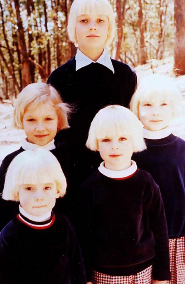 Lapset puettiin samalla tavalla ja kaikilla oli samanlaiset vaaleiksi värjätyt hiukset.
