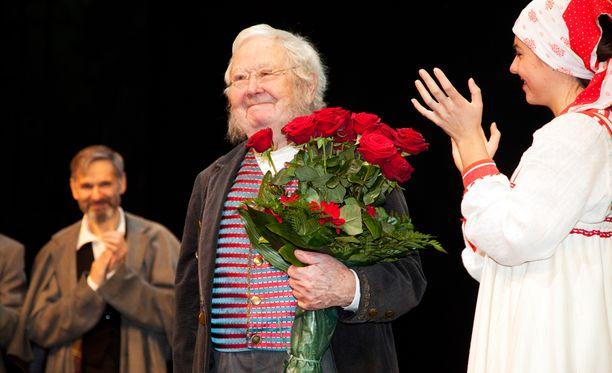 Pöysti jäi eläkkeelle syksyllä 2012. Hänet kukitettiin näytelmän jälkeen teatterilavalla.