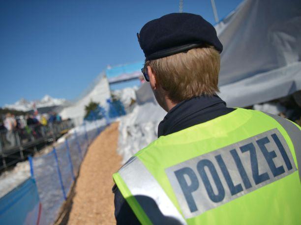 Itävallan poliisin tekemät ratsiat rikkoivat keskiviikkona Seefeldin talvikisaidyllin.