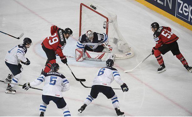 Kanadalaiset pääsivät liian vapaasti häärimään maalivahti Harri Säterin nenän edessä.