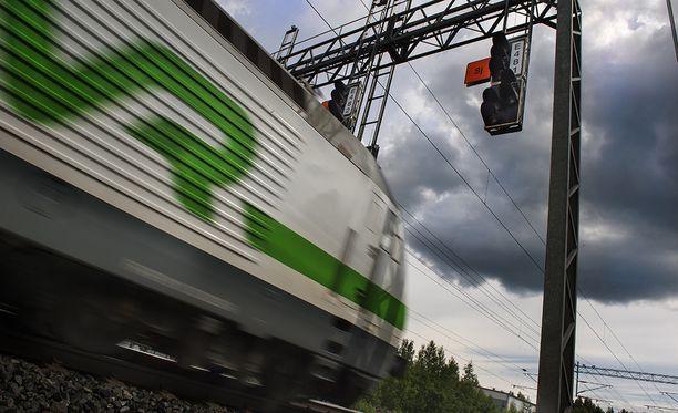 Liikenne- ja viestintäministeri Anne Berner (kesk) kertoi keskiviikkona tiedotustilaisuudessaan, että hallitus avaa rautateiden henkilöliikenteen kilpailulle.