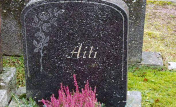 Äidin muisto elää koruttomankauniissa hautakivessä.