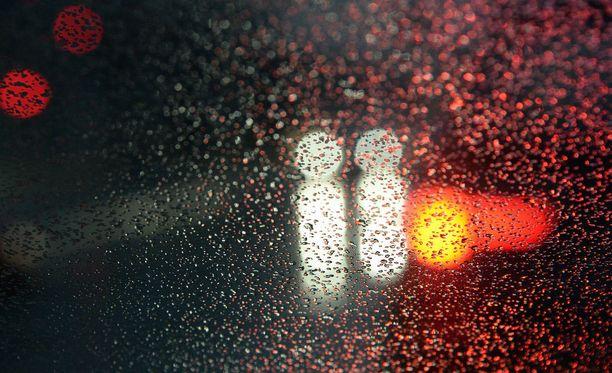 Isänpäivä sää on harmaa, sateinen ja viileä koko maassa.