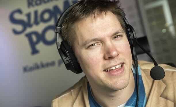 Juha Perälä on tehnyt tempauksia aamulähteyksessäkin. Taannoin hän vetäisi esimerkiksi sinkkiöverit suorassa lähetyksessä.