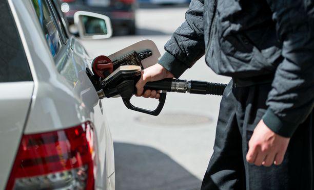 Tällä hetkellä raakaöljyn hinta on noin 42 dollaria tynnyriltä. Pahimmillaan, muutama vuosi sitten, öljy maksoi jopa yli sata dollaria tynnyriltä.