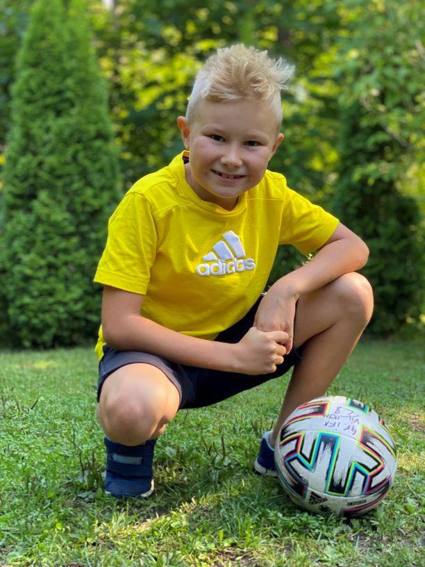 Vilhelm pelaa jalkapalloa ja salibandya useita kertoja viikossa. Liikunnallinen lapsi tarvitsee paljon laadukasta energiaa.
