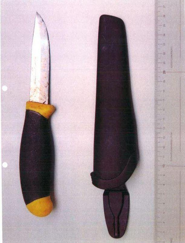 28-vuotiaan kiiinniottopaikan läheisyydestä löydetty puukko. Mahdollisesti tällä veitsellä mies lähes tappoi poliisikoiran.
