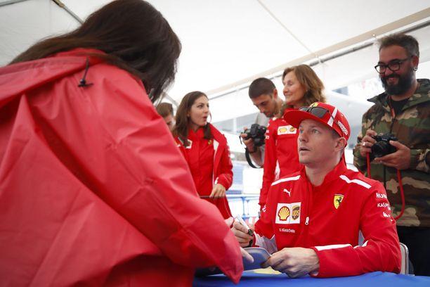 Kimi Räikkönen hämmästyi, kun fanit toivat nimmaroitaviksi hänen nimeään kantavia runokirjoja.