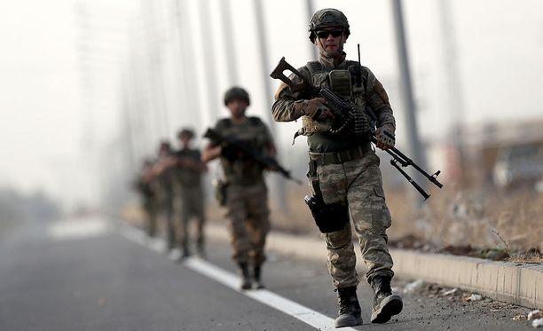 Turkkilaissotilaita Irakin ja Turkin rajalla. Maat aikovat aloittaa yhteisen sotaharjoituksen tiistaina.