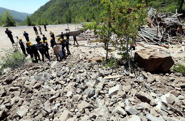 Ulkomaalaisia toimittajia kutsuttiin todistamaan, kun Pohjois-Korea räjäytti Punggye-ri -ydinkoeasemansa sisäänkäynnin 24. toukokuuta.