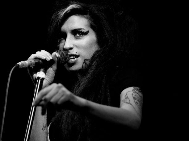Grammy-palkitun Amy Winehousen menestystä varjostivat päihdeongelmat.