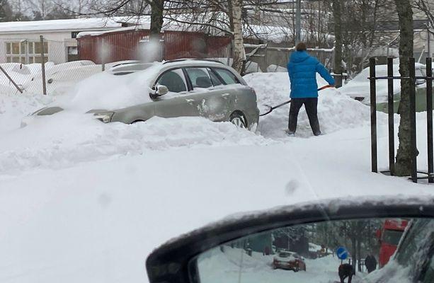 Hyvä lumilapio on yksi auton tärkeimmistä varusteista lumikeleillä.
