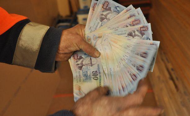 Asiantuntijan mukaan seteleitä ei kannata myydä nipussa, vaan kaupata yksitellen ja ajan kanssa.