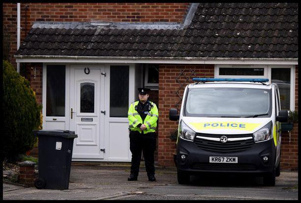 Poliisi vartioi Skripalin kotitaloa Britannian Salisburyssa.