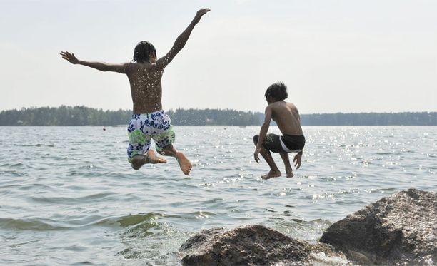 Järvien vedet ovat poikkeuksellisen lämpimiä kuuman heinäkuun ansiosta.