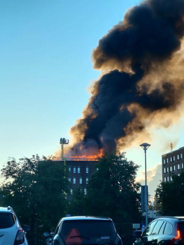 Palo syttyi rakennuksen yläosiin. Paloa ei epäillä tahallaan sytytetyksi.
