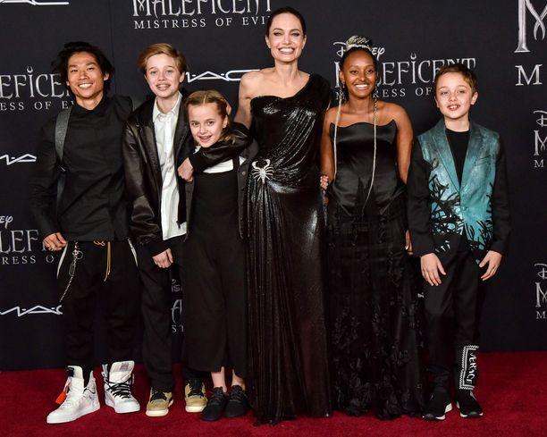 Vasemmalta: Pax, Shiloh, Vivian, Angelina, Zahara ja Knox. Kuva Pahatar 2 -elokuvan punaiselta matolta syksyllä 2019.