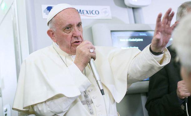 Paavi Franciscus tapasi toimittajia lentomatkallaan Meksikosta Roomaan.