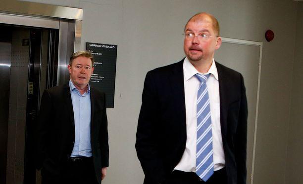 Keke Armstrong ja hänen asianajajansa Hannu Kalkas vaativat Ilvekseltä korvauksia.