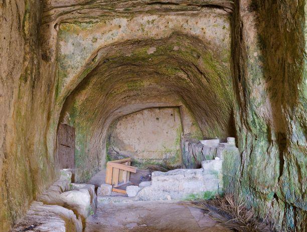 Osa luola-asumuksista on remontoitu, kuvan luola on vielä rapistuneessa kunnossa.