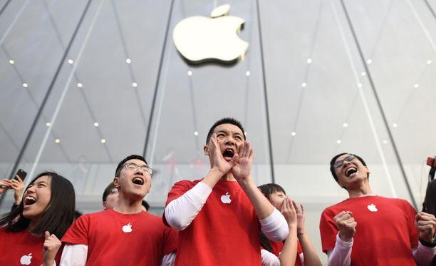 Applen voittojen takana on kova kasvu Kiinassa. Kuvassa Applen työntekijät ottavat asiakkaita vastaan Hangzhoussa.