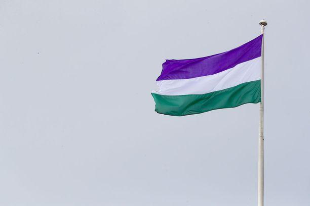 Britanniassa juhlittiin 6.2.2018 naisten äänioikeuden saamisen sadatta vuosipäivää. Tuolloin joihinkin lippumastoihin nostettiin suffragettien lippu muistuttamaan naisliikkeestä, joka kampanjoi asian puolesta.
