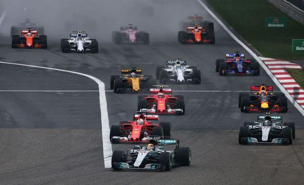 Lewis Hamilton johtaa Kiinan GP:tä.