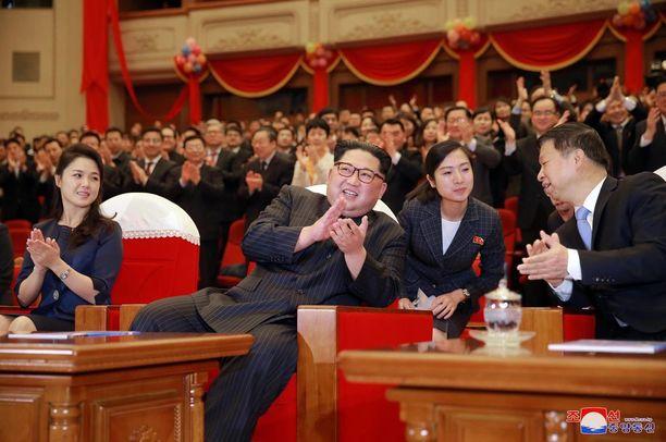 Ristä (vas.) tiedetään vain vähän. Kuvassa hän oli katselemassa balettiesitystä Pjongjangissa viime viikonloppuna.