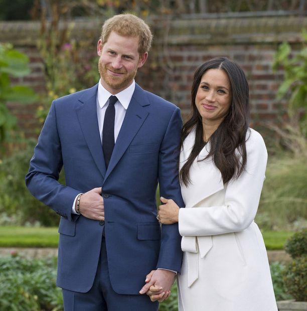 Prinnsi Harry ja Meghan poseeraavat kihlausuutisen jälkeen.