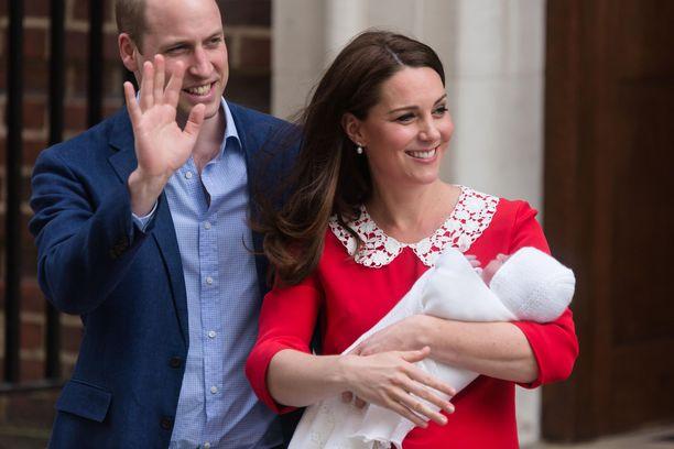 Herttuapari astumassa ulos sairaalasta kuopuksensa, prinssi Louis'n, kanssa keväällä 2018.