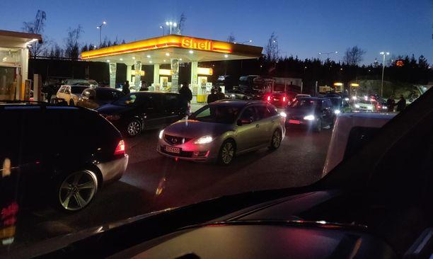 Kuva Vantaalta Ruskeasannan Shelliltä perjantaina 24. huhtikuuta.