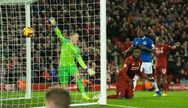 "Jordan Pickford huutaa: ""Nooooooo!"" Samoin teki eräs Liverpool-fani."