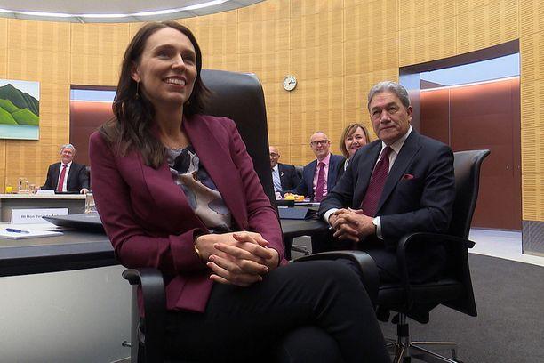Pääministeri Jacinda Ardern poseerasi parlamenttitalolla Wellingtonissa kameroille elokuun alussa, kun hän palasi töihin kuuden viikon äitiyslomaltaan.