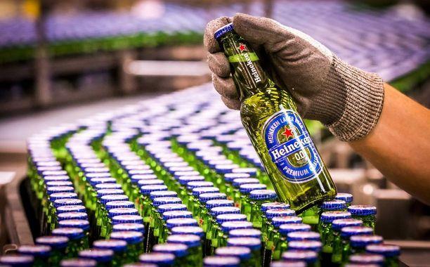 Asiantuntijajärjestö haluaa alkoholin pois supermarketeista Uudessa-Seelannissa. Kuvassa alkoholitonta olutta tehtaalla.