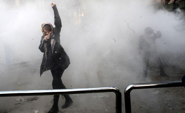 Mielenosoitukset alkoivat maanantai-iltana uudelleen Iranin pääkaupungissa Teheranissa. Kuva lauantain mielenosoituksesta.