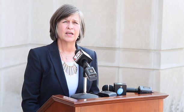 Juristi Lorie Mullins haluaa, että perheenjäsenen raiskaama tyttö synnyttää lapsen.