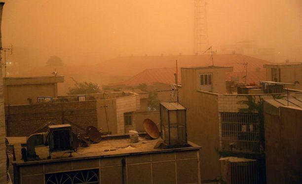 Hiekkamyrsky aiheutti tuhoa Teheranissa Iranissa.