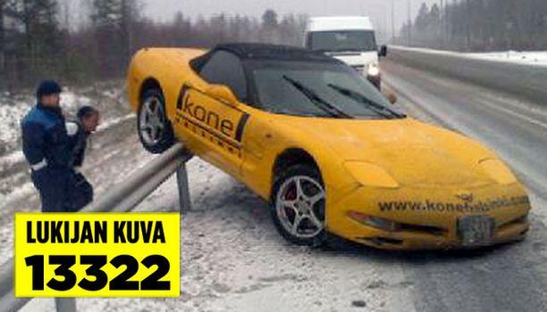 Kaiteen päälle hypännyttä luksusautoa ihmeteltiin Oulun lähellä.