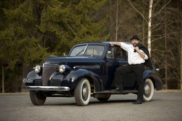 Jyväskyläläinen Esa Virtanen muuttaa vanhoja polttomoottorisia autoja sähköllä käyviksi myös avaimet käteen -periaatteella. Parhaillaan hänen firmansa on muuttamassa vuosimallin 1939 Chevrolet De Luxe Masteria sähkömoottoriseksi.