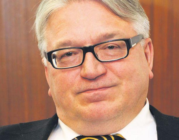 Britanniassa puhkesi 2006 Cash for Honours -skandaali, kun Labour-puolue esitti elinikäisiä päärinarvoja rahoittajilleen. Suomessa Kyösti Kakkosesta yritettiin tehdä vuorineuvos.