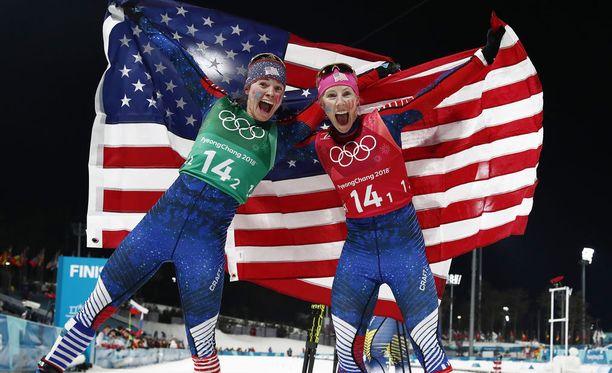 Jessica Diggins ja Kikkan Randall juhlivat Pyeonchangissa parisprintin olympiakultaa.