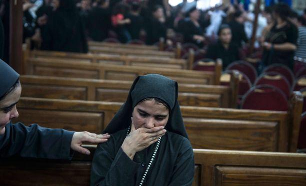 Kristittyjä terrori-iskun uhreja on surtiin perjantaina Egyptissä.